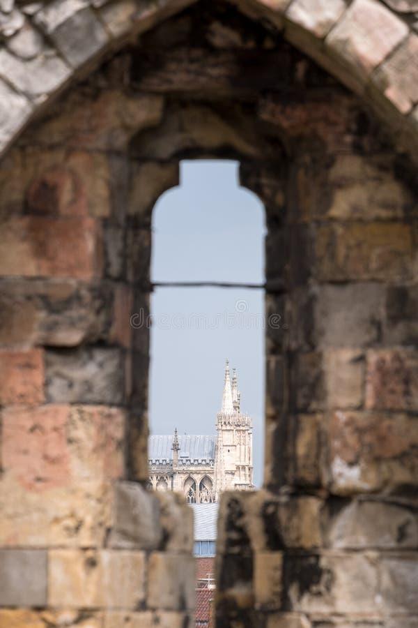 Vista di York Minster attraverso la freccia fenduta alla cima della torre storica del ` s di Clifford, Inghilterra Regno Unito fotografia stock libera da diritti