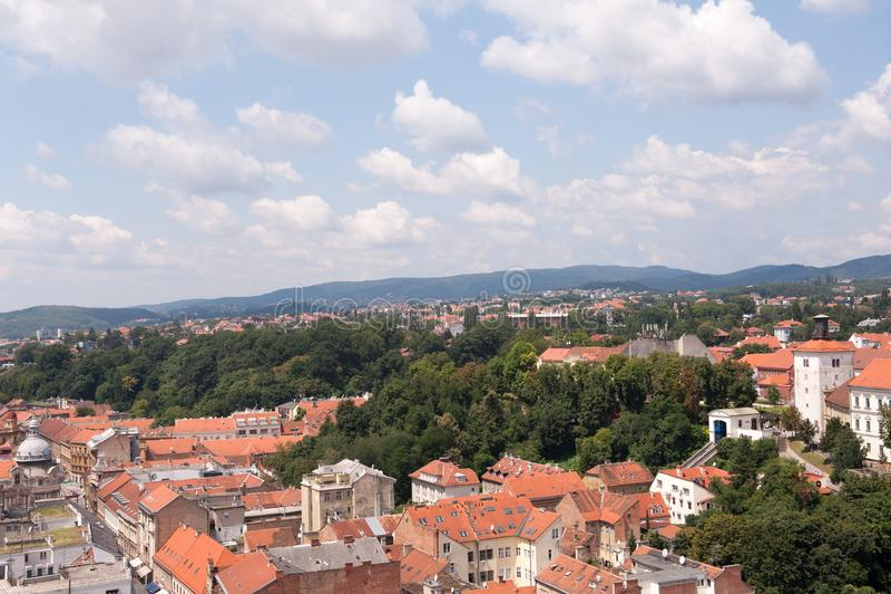 Vista di Zagabria e della torre Lotrscak e parte della città superiore, Croazia Vecchi tetti arancio Vecchia città in Europa Vist fotografia stock libera da diritti