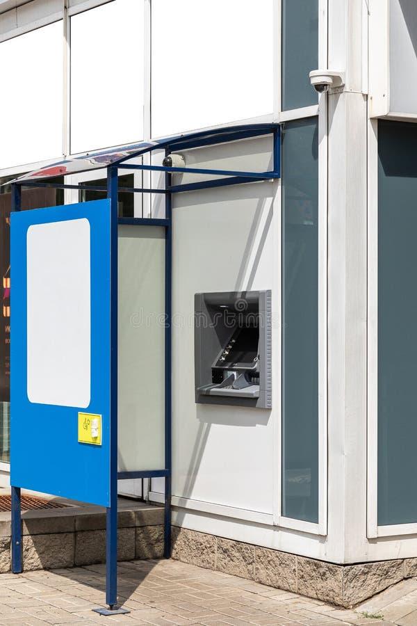 Vista diagonale del bancomat recintato vicino all'edificio, bordo con spazio libero fotografie stock