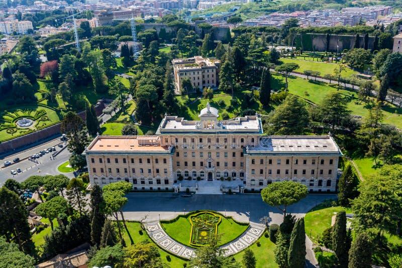 Vista dianteira aérea da construção do governo com o jardim verde circunvizinho no Vaticano Roma imagens de stock royalty free