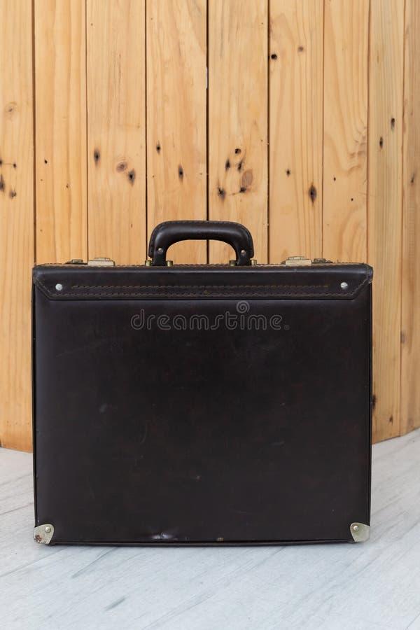 Vista dianteira da bagagem de couro velha marrom fotos de stock