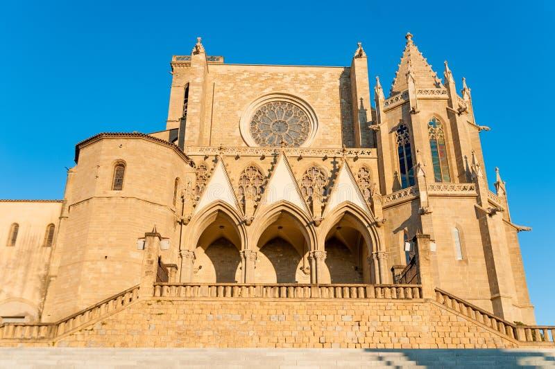 Vista dianteira da basílica escolar de Santa Maria Seu na cidade de Manresa na região do catalunya na Espanha, com árvores e o cé fotografia de stock