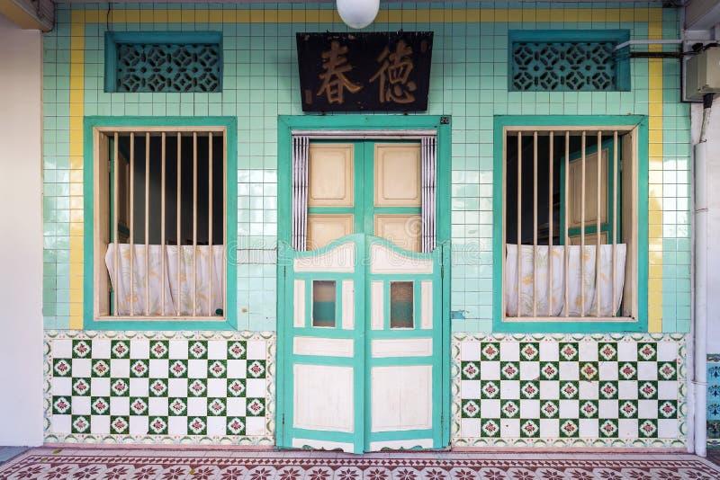 Vista dianteira da casa da conservação na área urbana foto de stock
