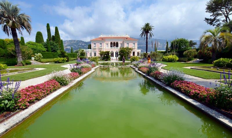 Vista dianteira da casa de campo Rothschild com seus jardim, fontes e gramado, Fran?a imagem de stock royalty free