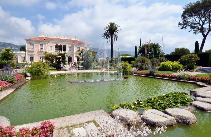 Vista dianteira da casa de campo Rothschild com seus jardim, fontes e gramado, Fran?a fotografia de stock royalty free