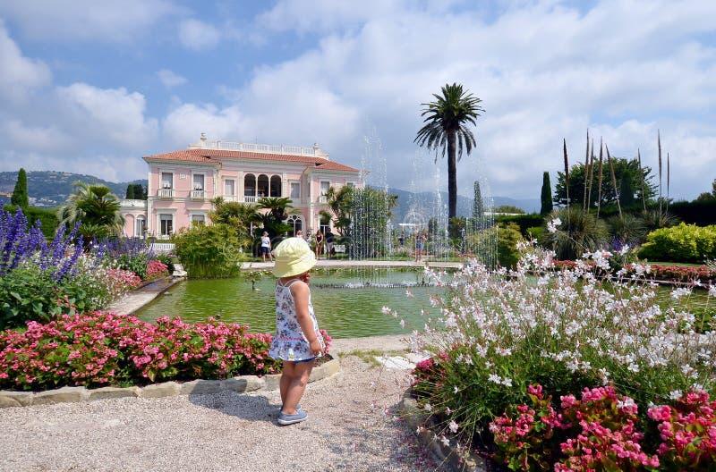 Vista dianteira da casa de campo Rothschild com seus jardim, fontes e gramado, Fran?a imagem de stock