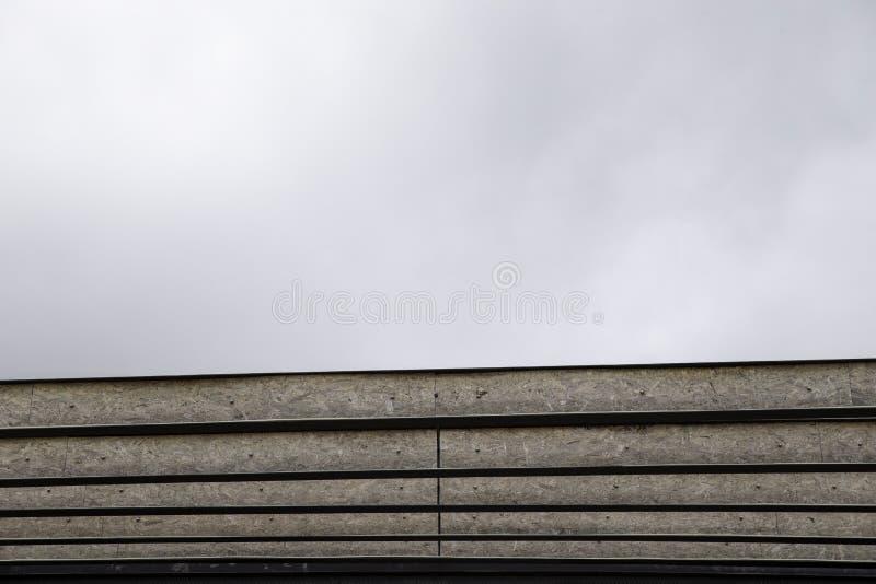 Vista dianteira da coluna de aço da arquitetura com céu imagem de stock royalty free