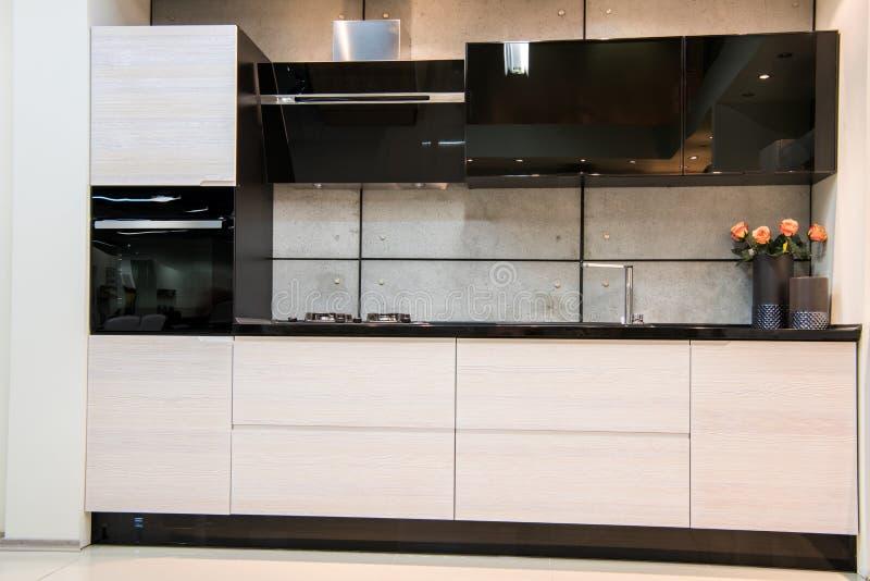 Vista dianteira da cozinha moderna foto de stock royalty free
