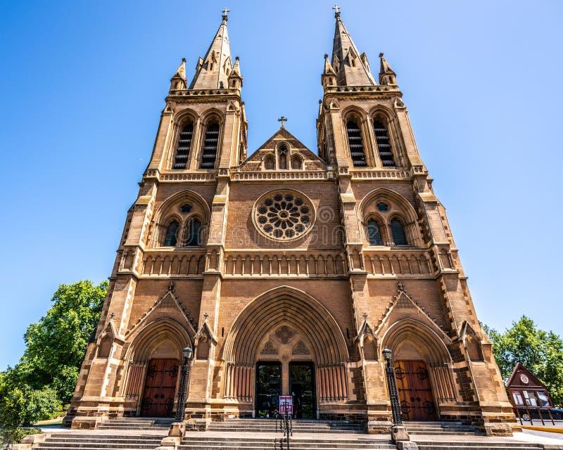 Vista dianteira da fachada da catedral de St Peter uma igreja anglicana da catedral em Adelaide Australia foto de stock