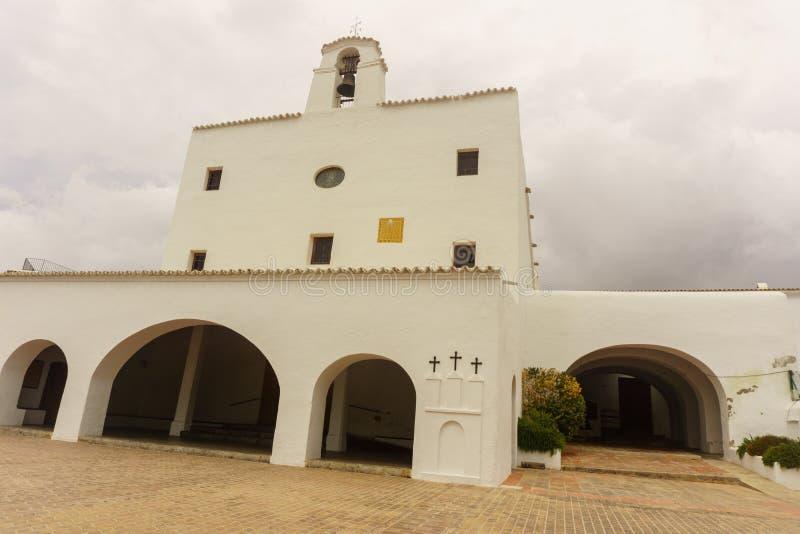 Vista dianteira da igreja no ibiza foto de stock