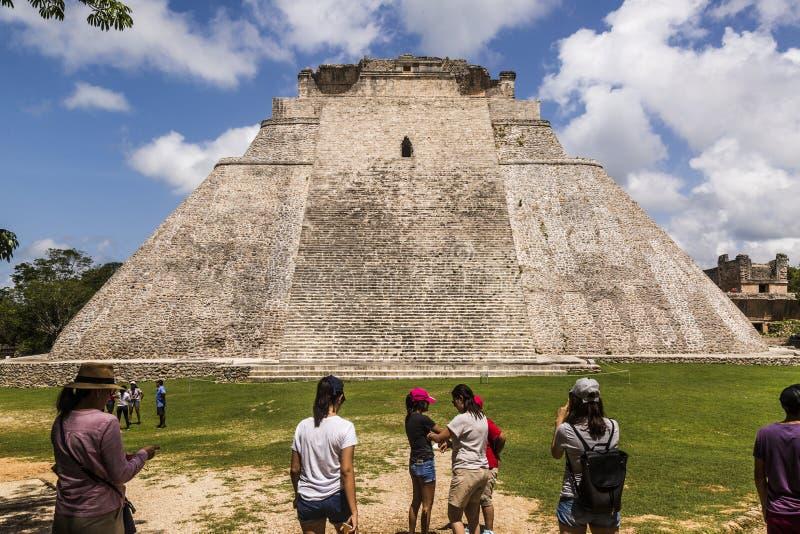 Vista dianteira da pirâmide o caixa de fortuna, em que os turistas param para contemplar sua majestade fotografia de stock