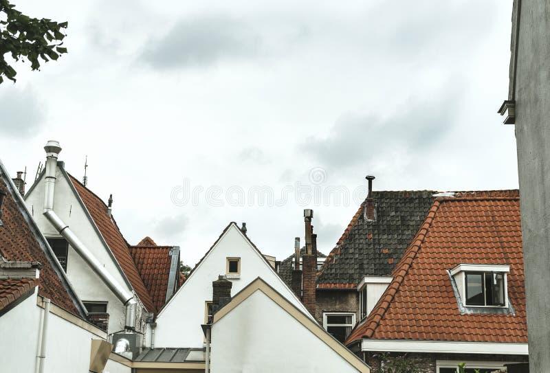 Vista dianteira de casas holandesas velhas imagem de stock