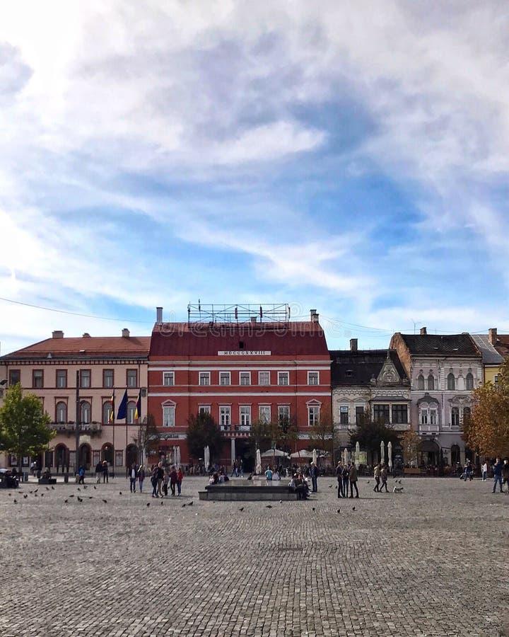 Vista dianteira de construções renovadas no quadrado principal de Cluj Napoca, Romênia foto de stock royalty free