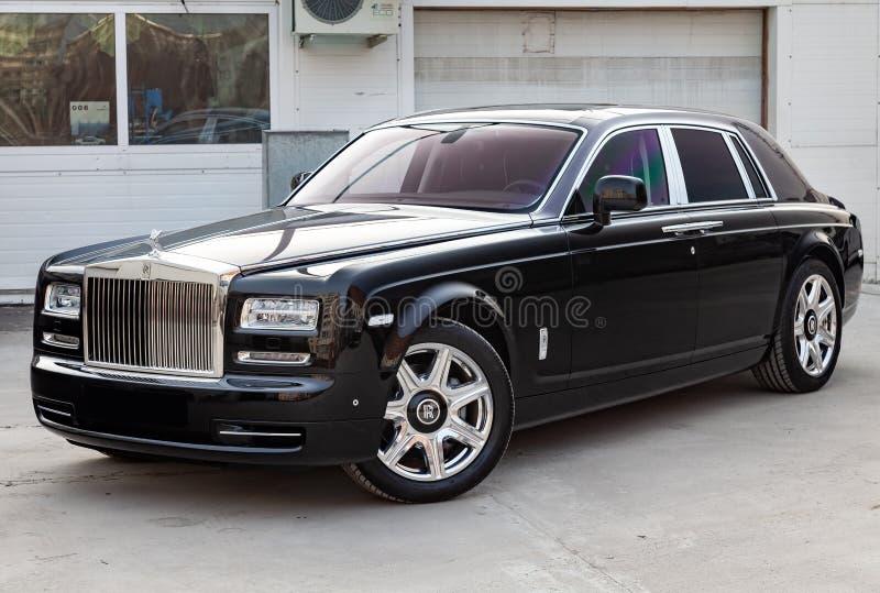 Vista dianteira de novo um carro luxuoso muito caro de Rolls Royce Phantom, uma limusina preta longa, ar livre modelo, preparado  foto de stock
