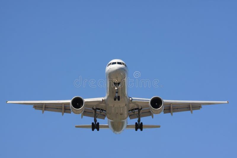 Vista dianteira de um avião do passanger no vôo fotografia de stock