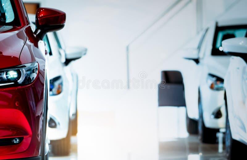 Vista dianteira do carro vermelho O carro compacto luxuoso novo estacionou na sala de exposições moderna para a venda Escritório  foto de stock