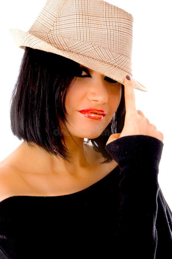 Vista dianteira do chapéu desgastando da mulher bonita fotos de stock