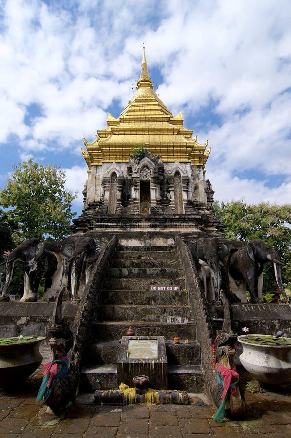 Vista dianteira do Chedi em Wat Chiang Man imagem de stock royalty free