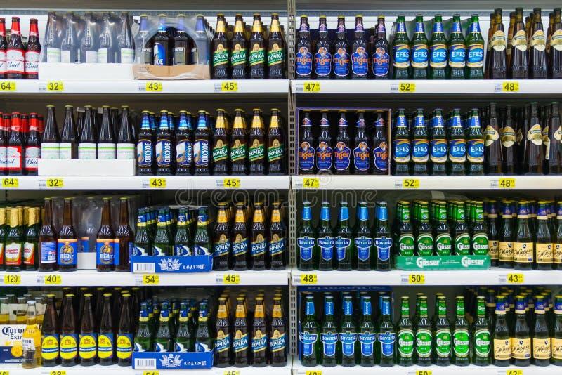 Vista dianteira do garrafas de vidro com cerveja fotografia de stock royalty free