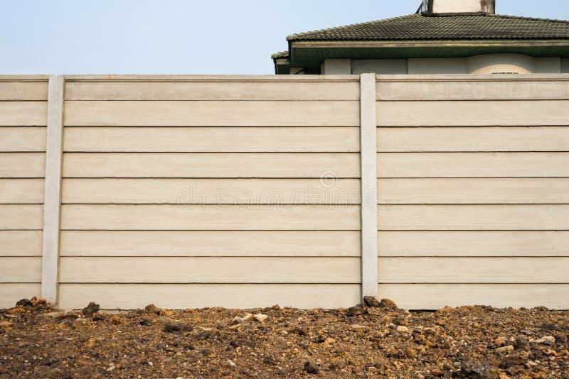 Vista dianteira do muro de cimento pré-fabricado no rés do chão fresco, parede pré-fabricada do composto do cimento imagens de stock