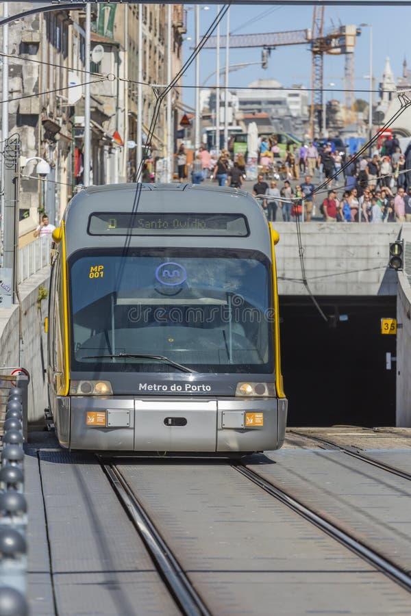 Vista dianteira do vagão do metro, acima da ponte de D Maria na cidade de Porto foto de stock royalty free