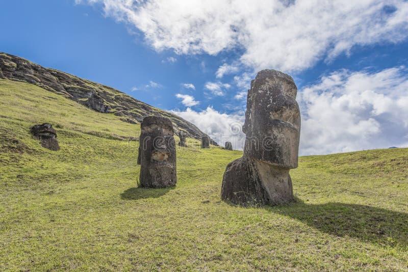 Vista dianteira dos um par moai subterrâneo no vulcão extinto Rano Raraku foto de stock