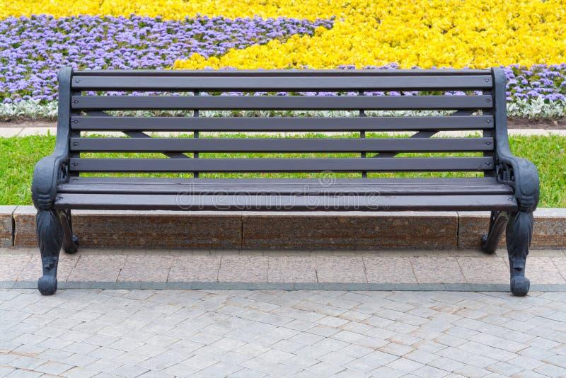 Vista dianteira em um banco de madeira cinzento no parque imagens de stock royalty free