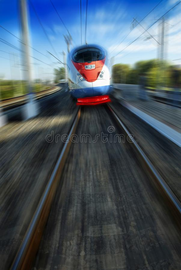 Vista dianteira impressionante bonita surpreendente em trem de passageiros de alta velocidade bonito azul vermelho branco movente imagens de stock royalty free