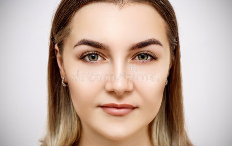 Vista dianteira na cara fêmea bonita com pele perfeita foto de stock