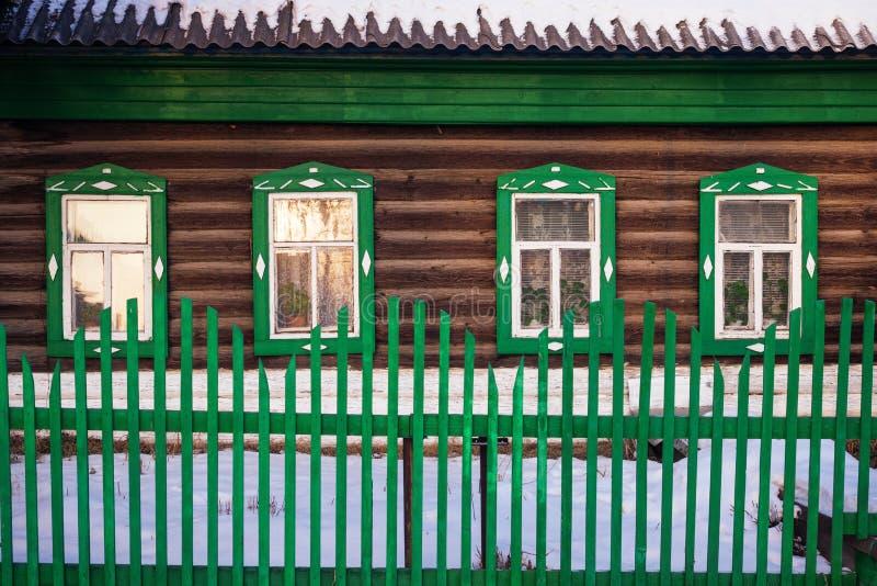 Vista dianteira na fachada verde da cabana rústica de madeira no inverno foto de stock royalty free