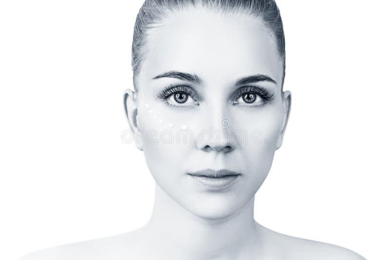 Vista dianteira na mulher sensual com os pontos de creme na cara fotos de stock royalty free