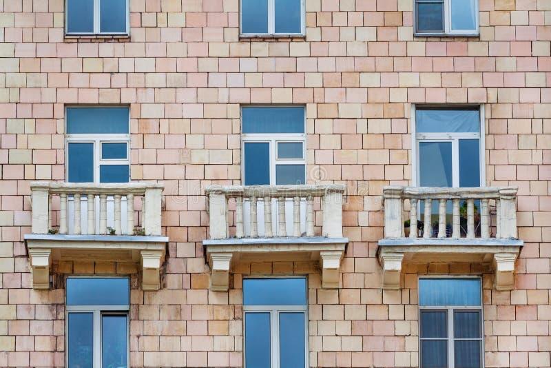Vista dianteira no fragmento da fachada de uma casa do tijolo imagens de stock