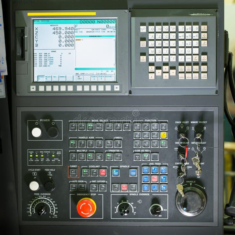 Vista dianteira no painel de controle da máquina de trituração do cnc fotografia de stock royalty free