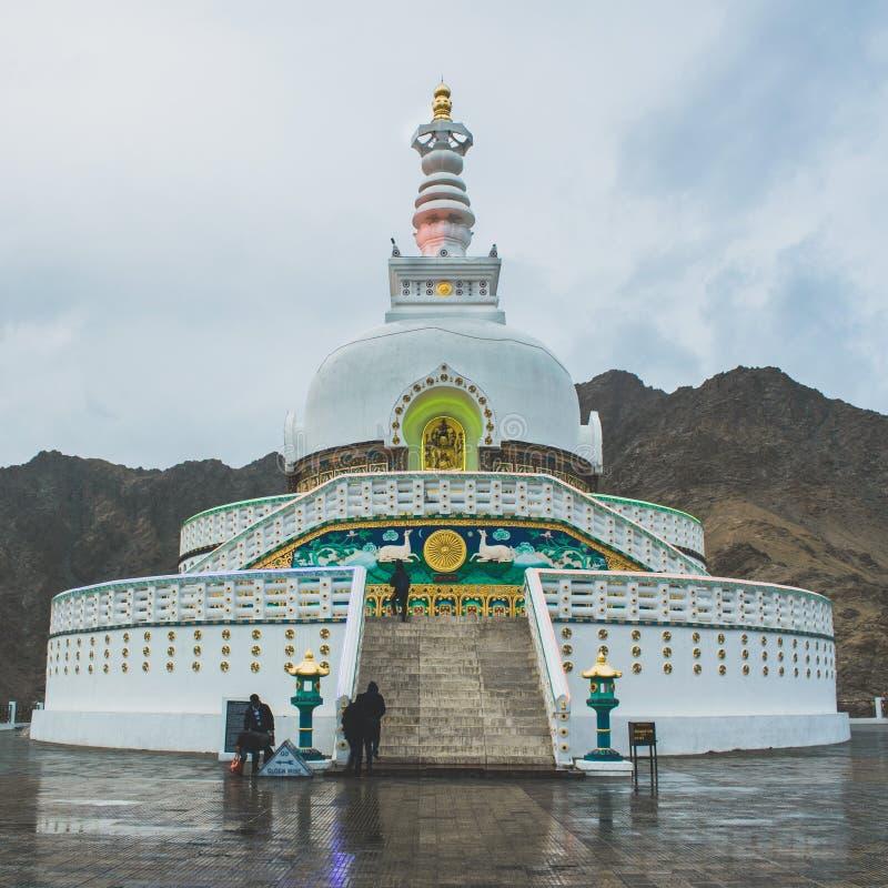 vista dianteira Shanti Stupa imagem de stock