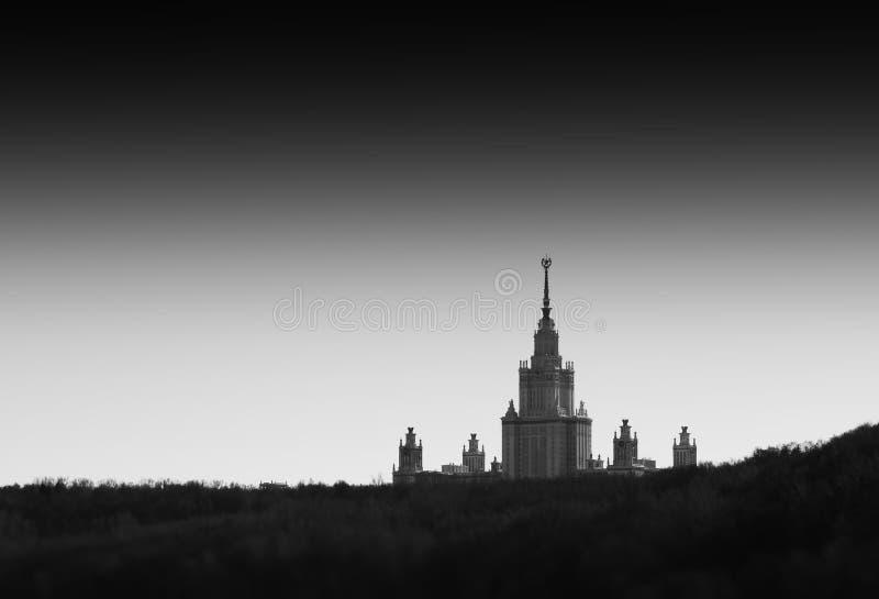 Vista distante blanco y negro del fondo de la ciudad de la universidad de Moscú imagen de archivo