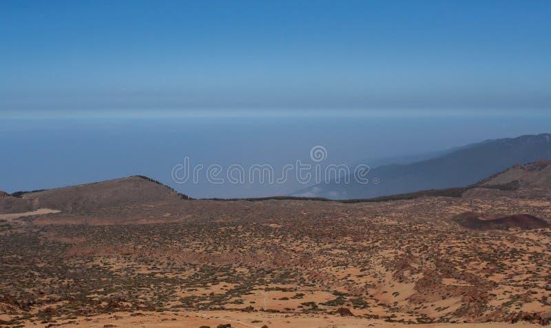 Vista distante da montanha por tenerife fotografia de stock