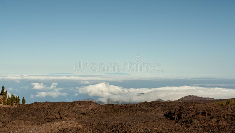 Vista distante da montanha sobre o mar foto de stock royalty free