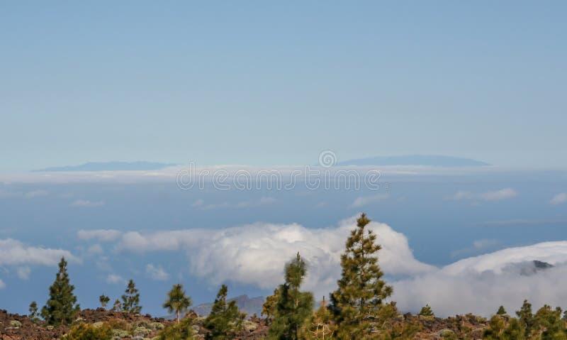 Vista distante da montanha sobre o mar foto de stock
