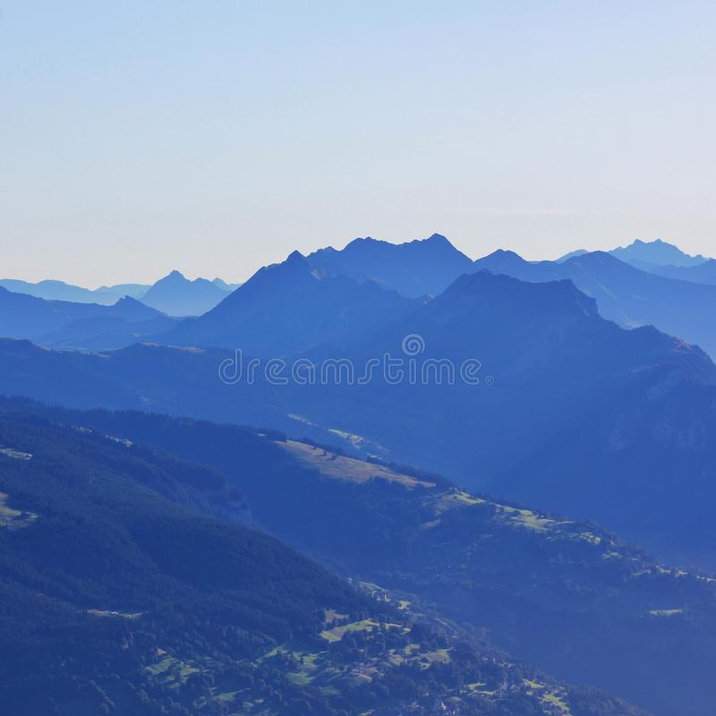 Vista distante de Beatenberg, de Habkern y del soporte Augstmatthorn fotografía de archivo libre de regalías