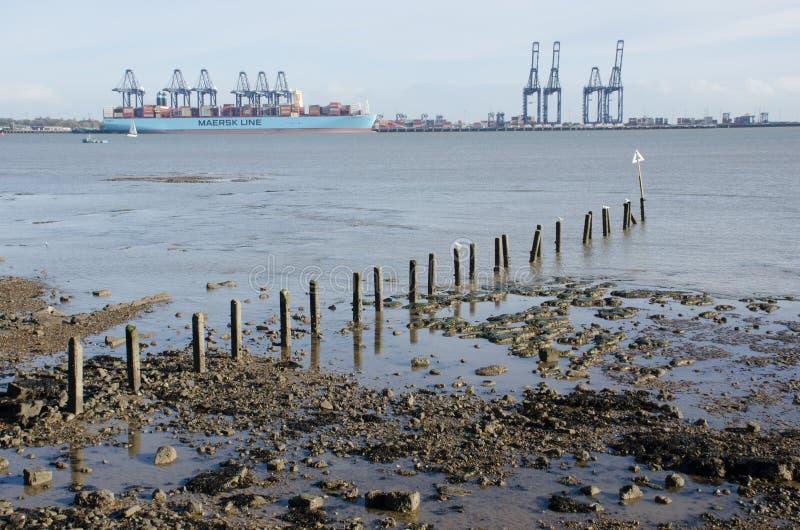Vista distante de Flexistowe de Harwich com a praia no primeiro plano fotografia de stock royalty free