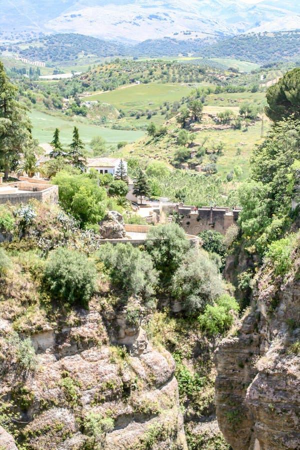 Vista distante de Ronda, spain às montanhas imagens de stock
