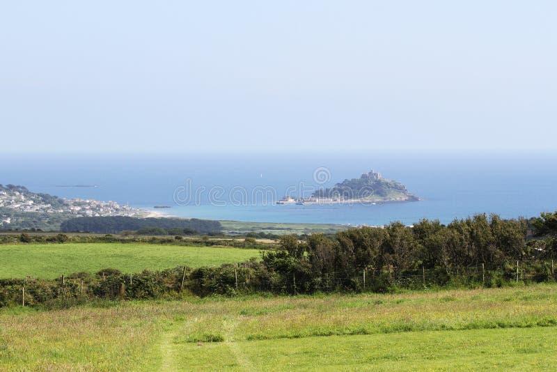 Vista distante de St Michaels Mount en la alta marea Marazion, Cornualles, Reino Unido foto de archivo libre de regalías