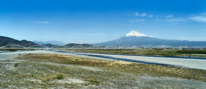 Vista distante del monte Fuji del tren de bala fotografía de archivo