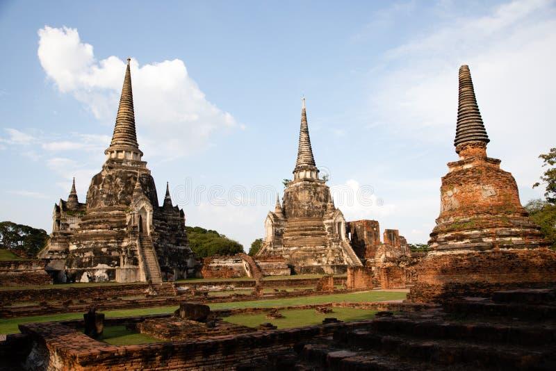 Vista distante del templo arruinado de Ayutthaya en Tailandia con el cielo azul como fondo fotografía de archivo