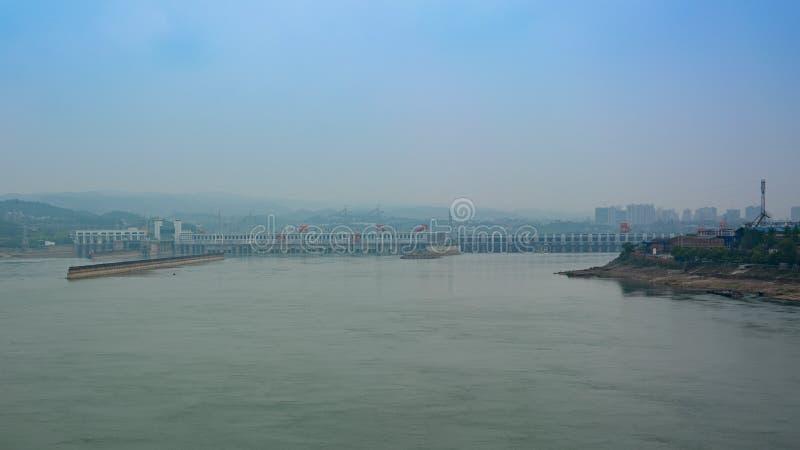 Vista distante del Three Gorge Dam sopra il fiume Chang Jiang in Yicha immagine stock
