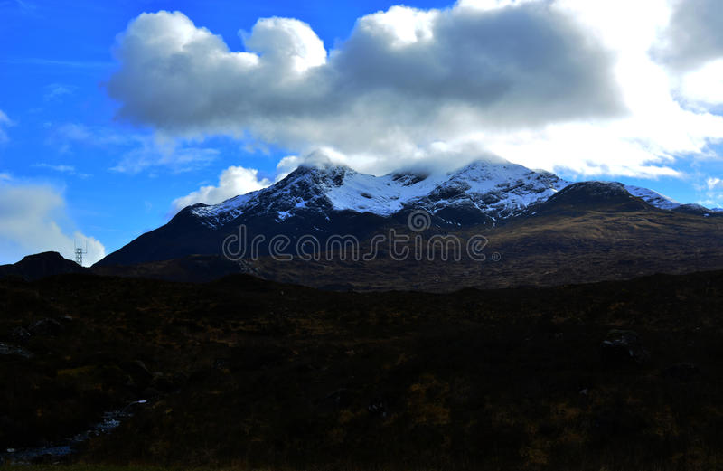Vista distante delle catene montuose ghiaccio-ricoperte fotografie stock libere da diritti