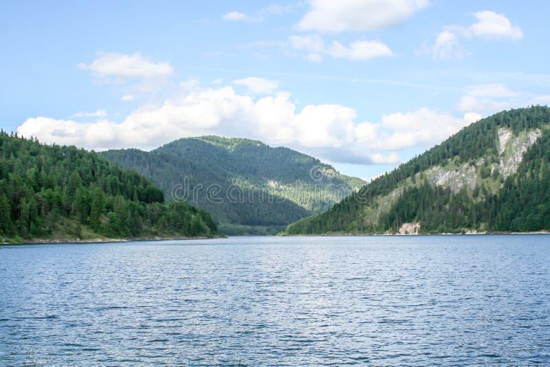 Vista distante sobre o lago às montanhas imagens de stock royalty free