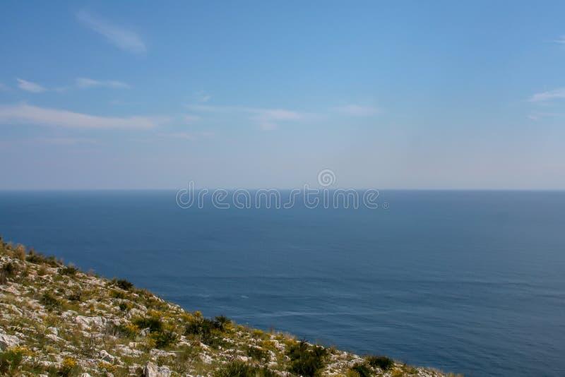 Vista distante sobre o mar da Espanha fotos de stock royalty free