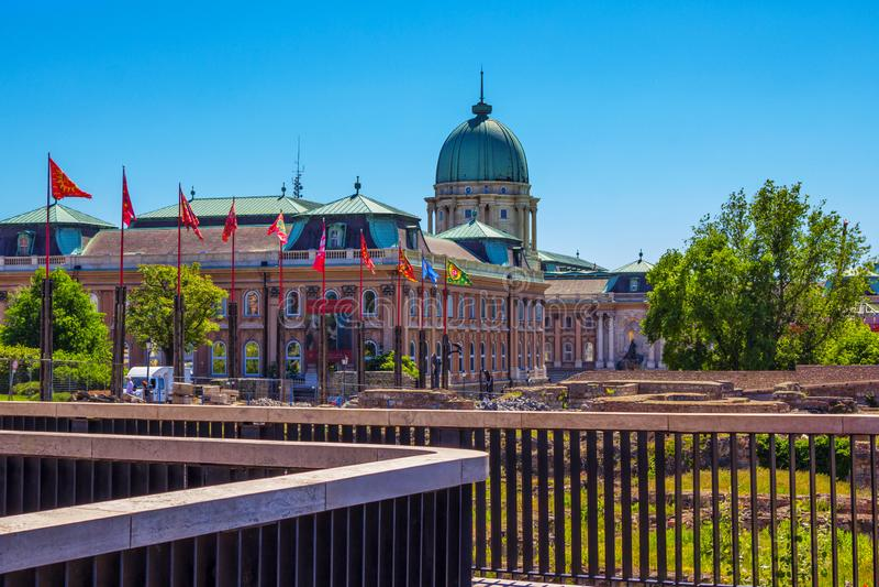 """Vista do †histórico velho """"Buda Castle de Royal Palace e de ruínas de pedra antigas em Budapest fotografia de stock"""