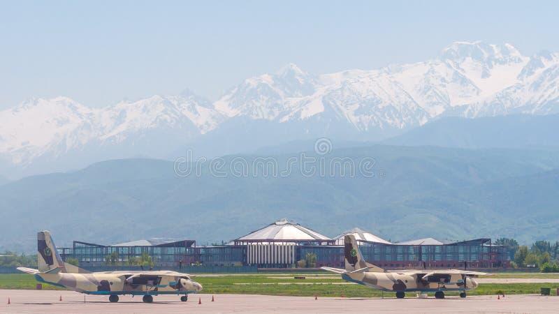 Vista do aeródromo de Almaty no Zaili Alatau Os vários aviões são estacionados no aeródromo fotos de stock royalty free